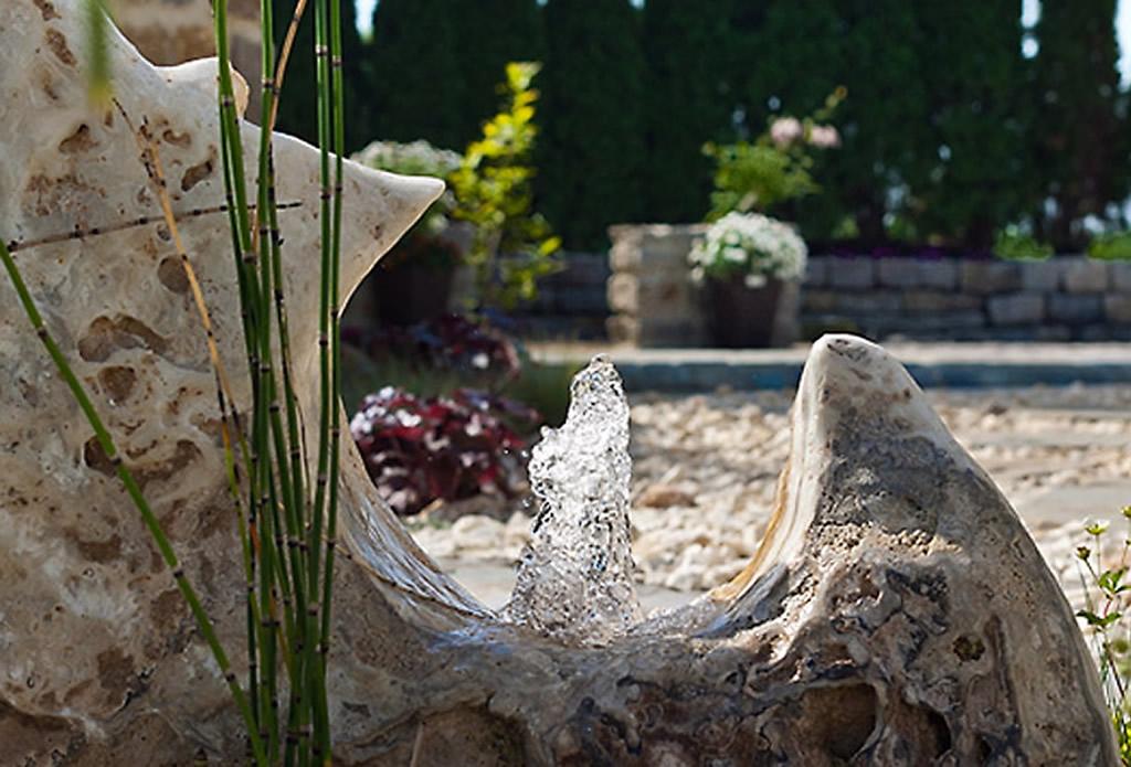 Ein Wasserspiel vom Grunde des Ozeans- Bachlauf, Wasserspiel, Quellstein - Galeriebild