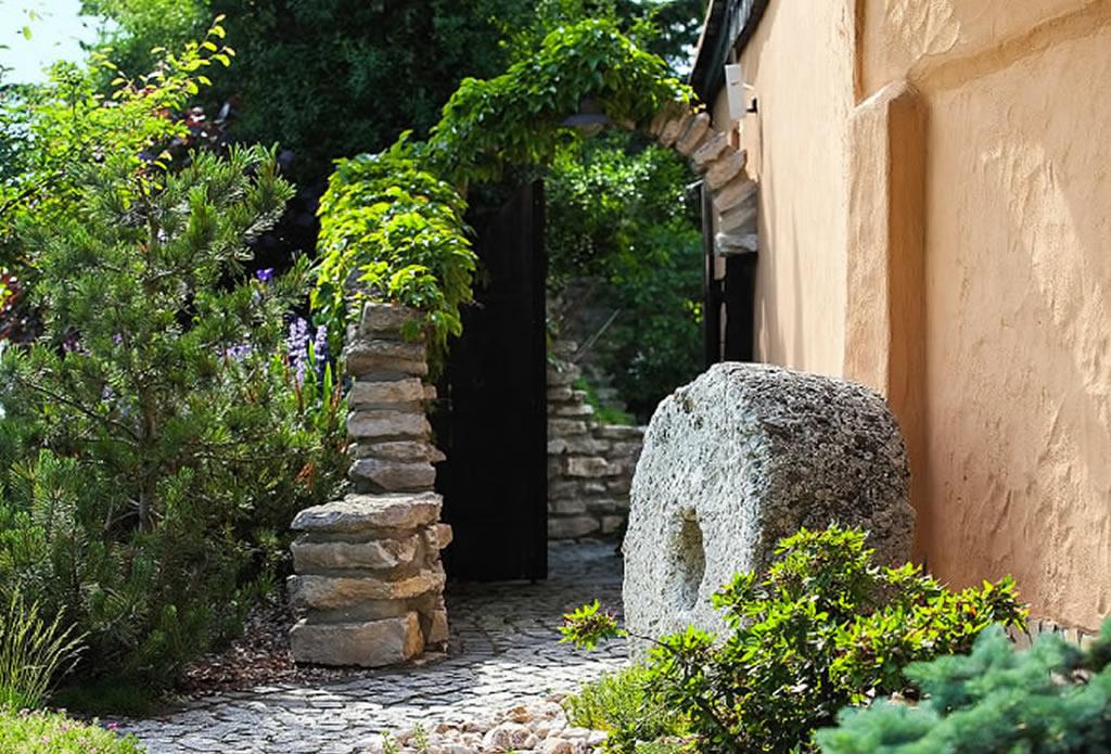 Naturnahe g rten gartengestaltung mit naturstein for Gartenideen mediterran