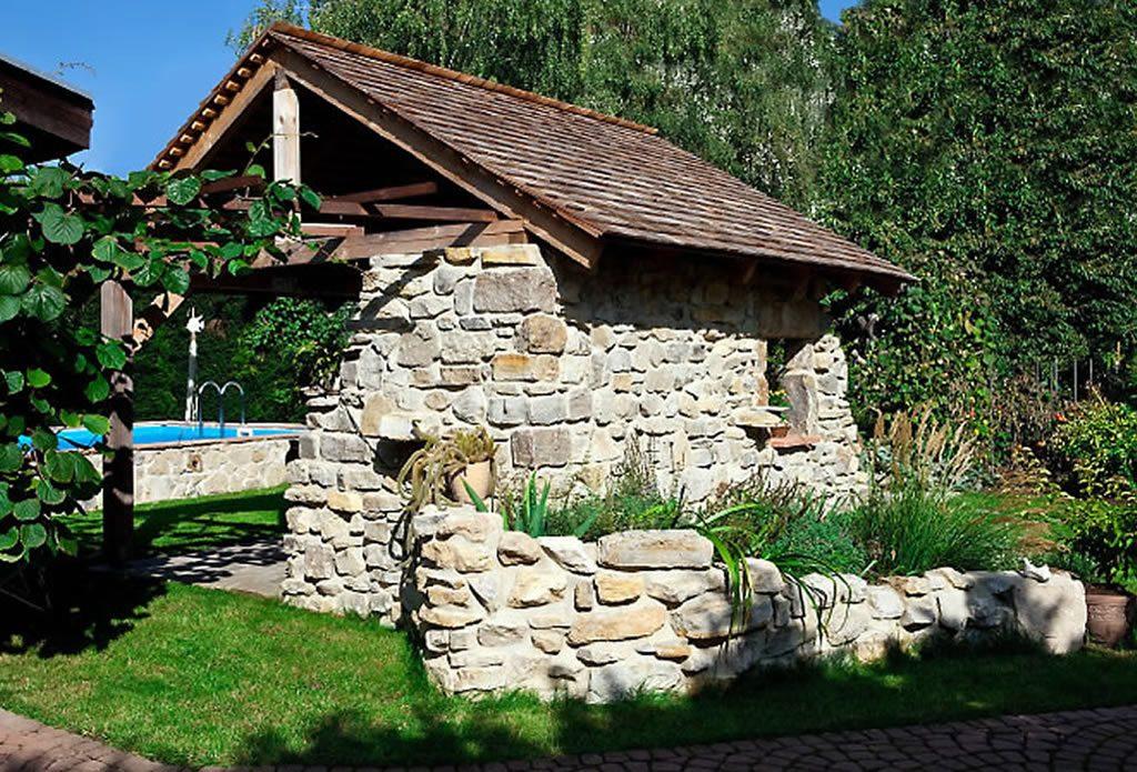 Mediterranes Poolhauschen Gartengestaltung Mit Naturstein