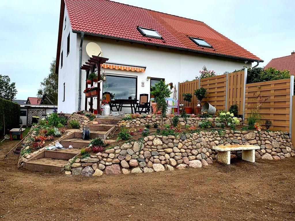 Terrassengestaltung mit Feldsteinen