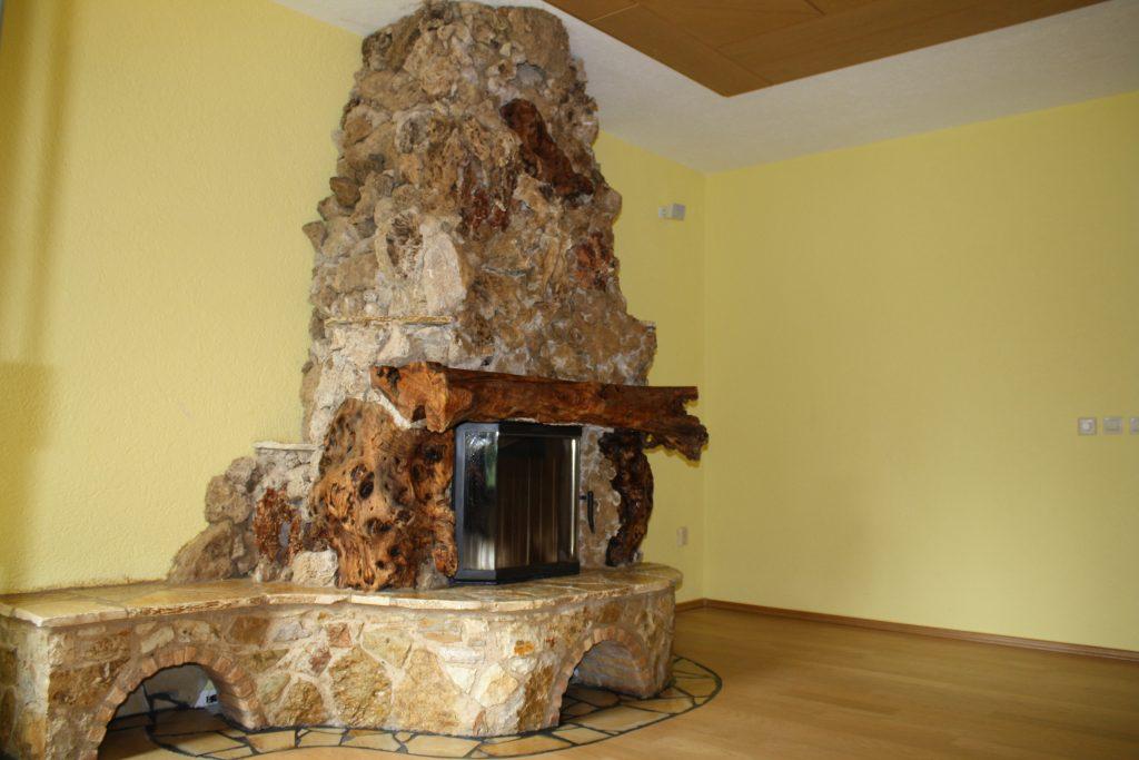 Kamin mit Natursteinverkleidung