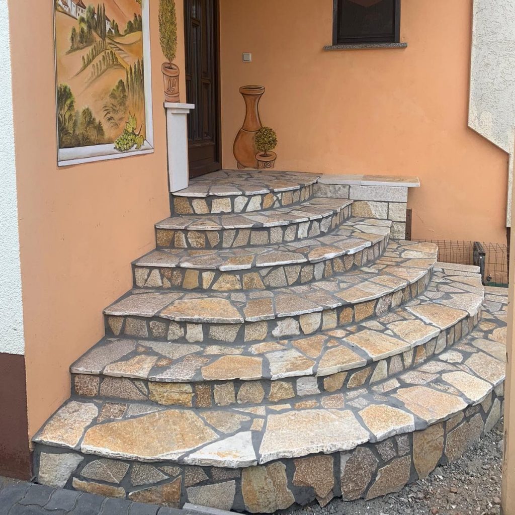 Hauseingangstreppe mit Polygonalplatten